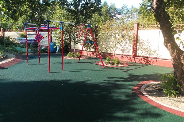 резиновые и каучуковые покрытия для частных детских площадок